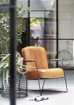 Ieder huis heeft er één nodig; een stoel die er mooi uitziet en heerlijk zit. Want wat is er fijner dan een avond doorbrengen met een goed boek? Als jij voor ultiem comfort gaat en je huis wel een vleugje stoer kan gebruiken, is fauteuil Dani jouw nieuwe beste vriend.