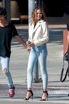 Chrissy Teigen is all smiles on a photo shoot in Los Angeles. : Chrissy Teigen is all smiles on a photo shoot in Los Angeles. Chrissy Teigen Style, Chrissy Teigen John Legend, Cool Street Fashion, Look Fashion, Street Style, Fashion Outfits, Celebrity Street Fashion, Luxury Fashion, Christy Teigen