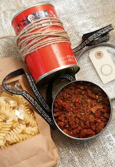 Schön zum Verschenken: Einfach zur Gewürzmischung eine Dose Tomaten und hübsch verpackte Nudeln schenken und fertig ist das Rundum-glücklich-Geschenk für alle, die Tomatensauce lieben.