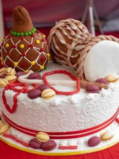 Nigerian Wedding: Unique & Creative Traditional Engagement Wedding Cakes What's a wedding without the cake? The Nigerian traditional wedding cake goes hand in glove with the entire traditional. Nigerian Traditional Wedding, Traditional Wedding Cakes, Traditional Cakes, African Cake, African Theme, African Dress, African Wedding Cakes, Drum Cake, African American Weddings