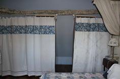 des rideaux de dressing à partir de vieux draps brodés....