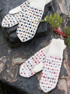 The interesting colourwork mosaic is achieved with a combination of Novita 7 Veljestä Polaris and Novita 7 Veljestä yarns. Loom Knitting Patterns, Knitting Stitches, Free Knitting, Stitch Patterns, Knitting Tutorials, Knitting Wool, Hat Patterns, Crochet Mittens, Fingerless Mittens