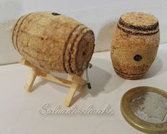 Wine barrels for him Miniature Crafts, Miniature Dolls, Miniature Houses, Craft Stick Crafts, Diy And Crafts, Barris, Free To Use Images, Flower Ornaments, Popsicle Sticks