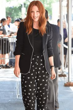 Julianne Moore - Personal Style Icon - Dressing For Menopause Classic Feminine Style, Classic Style Women, Mature Fashion, Fashion Over 40, Cool Outfits, Casual Outfits, Cheap Boutique Clothing, Iconic Dresses, Elegant Outfit
