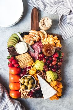 Learn how to make the best fruit and cheese platter that is perfect for entertaining anytime of the year with this easy tutorial! This is more than just cheese and crackers. It can be an elegant and impressive spread that is sure to delight guests. Fruit Appetizers, Appetizers For Party, Appetizer Recipes, Charcuterie And Cheese Board, Charcuterie Platter, Cheese Boards, Hummus Platter, Meat Platter, Party Food Platters