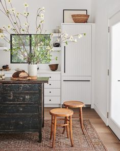 Inspiration Design, Home Decor Inspiration, Decor Ideas, Kitchen Inspiration, Kitchen Cabinet Colors, Kitchen Decor, Rustic Kitchen, Teal Kitchen, Cabinet Decor