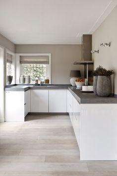 """Landelijk-moderne keuken met vouwgordijnen van Zonnelux. Foto: Anneke Gambon - """"Stijlvol Wonen"""" - © Sanoma Regional Belgium N.V. http://amzn.to/2keVOw4"""