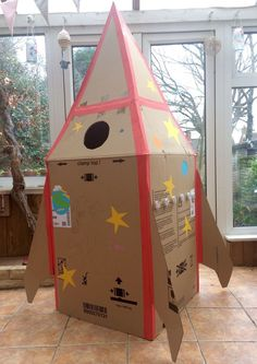 Anyone fancy a trip into Space? Let's make it happen. All you need is a cardboard box, some creativity and a lot of imagination. And a small person or two! Penguin, my 5 year old, loves Space… Cardboard Rocket, Large Cardboard Boxes, Cardboard Box Crafts, Cardboard Playhouse, Cardboard Tubes, Cardboard Furniture, Muñeca Diy, Easy Diy Crafts, Fun Crafts