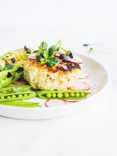 Crispy Gluten Free Fish Cakes with Spring Veggies and Avocado - a super easy and nutritious meal made with sustainably caught fish you can feel good about eating! Paleo, Gluten Free, and so delicious! Vegetarian Paleo, Eating Paleo, Vegan, Nutritious Meals, Healthy Fats, Cod Fish Cakes, Fishcakes, Dairy Free Options, Avocado