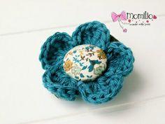 Spinka do włosów szydełkowy kwiatuszek   Kolor: wielobarwny  Spinka typu klips 4,5 cm  Średnica kwiatuszka 5 cm