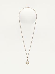 Colar formado por uma peça dourada com nó e uma pérola, suspensos numa corrente dourada. Apresenta fecho de mosquetão e placa personalizada com o nome da marca.