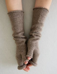 Stockinette Hand Warmers – a free knitting pattern by Purl Soho. : Stockinette Hand Warmers – a free knitting pattern by Purl Soho. Fall Knitting Patterns, Outlander Knitting Patterns, Love Knitting, Hand Knitting, Beginner Knitting, Finger Knitting, Scarf Patterns, Knitting Tutorials, Fingerless Gloves Knitted