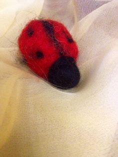 Coccinella in lana cardata animale in stile di CreazioniMonica