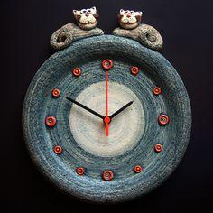 Just beautiful ... Hodiny s kočkami Keramické závěsné hodiny Modelováno z hrubé šamotové hlíny, glazováno matnými a lesklými glazurami. Rozměr 33 x 28,5 cm Sculpture Art, Sculptures, Clay Plates, Wheel Of Life, Hand Built Pottery, Rose Wallpaper, Oclock, Clay Crafts, Ceramic Art