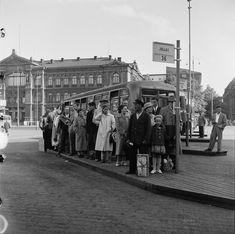 Matkustajia linja-autopysäkillä Rautatientorilla. 1952 History Of Finland, Map Pictures, Photos, Helsinki, Time Travel, Nostalgia, The Past, Street View, Black And White