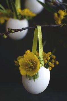 Påskpyssel_Gör vackra dekorationer till påskriset, små äggvaser, påskägg, att ha blommor i. DIY_easter crafts_make small vases from eggshells. Easter eggs _@helenalyth.se