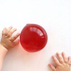 Чтобы сделать желатиновый #шарик для игры в воде нужно: 40-50гр желатина, стакан тёплой кипячённой воды, краситель, пустая бутылка, воздушный шарик и жидкое мыло прозрачное или цвета, который нам нужен) ниже напишу инструкцию👇🏼 #гидрогель #игрыдома #своимируками  #чемзанятьребенка  #занимашки #развивашки #мелкаямоторика #игрысвоимируками #своимируками #best_games_1