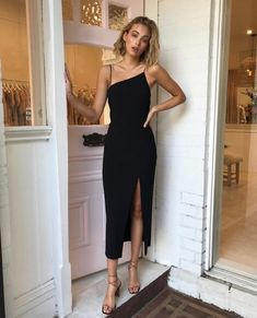black slit midi dress guest outfit for women Midi Dress With Slit, Dress Up, Dress Casual, Dress Long, Slit Skirt, Dresses With Slits, Silk Dress, Robe Silk, Chic Dress