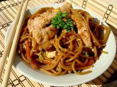 Illéskrisz Konyhája: PIRÍTOTT TÉSZTA WOKBAN... Wok, Meat Recipes, Spaghetti, Chili, Ethnic Recipes, Cilantro, Chile, Chilis, Noodle