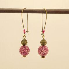 Boucles d'oreilles Dormeuse en métal bronze, perle de verre fleurie rose perlée et perles de rocaille rose : Boucles d'oreille par geb-et-nout