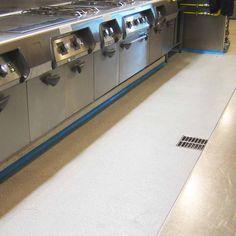 Pavimento continuo Lotum en cocina industrial, apto para industria agroalimentaria y hostelería.