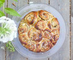 Rhum and apple bun cake with caramelized nuts. Hämmentäjä: Rommi-omenabostonkakku karamellisoiduilla pähkinöillä