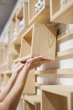ideas para personalizar una estantería o exposición, con cubos de madera