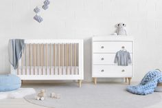 Delight in the Lolly Convertible Cot! With natural spindles, gently curved corners, and delicate natural feet, the Lolly cot is a clever choice for the modern nursery. Cot Mattress, Cot Bedding, Nursery Modern, Nursery Neutral, Modern Nurseries, White Nursery, Baby Nursery Furniture, Nursery Ideas, Nursery Boy