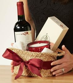 DIY your Christmas gifts this year with GLAMULET. Love this hostess gift basket idea.nice wine, candle, and chocolates in a reusable basket.perfect gift for dinner or parties Craft Gifts, Holiday Gifts, Homemade Easter Baskets, Wine Gift Baskets, Diy Candle Gift Basket, Housewarming Gift Baskets, Wine Gifts, Hostess Gifts, Homemade Gifts