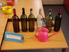 Muziek maken was nog nooit zo makkelijk! Benodigdheden: -Flessen wijn of glazen -Water -Iets om op de flessen te slaan(stukje hout, lepel, ...) Zet de flessen of glazen op een rijtje en vul ze met water. In elke fles of elk glas een beetje meer. Zo maak je verschillende klanken en kan je melodietjes maken!