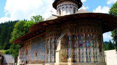Manastirea #Voronet  23 de poze cu cele mai frumoase biserici si temple din lume.  Vezi mai multe poze pe www.ghiduri-turistice.info  Sursa : wwwflickr.com/photos/iursu/4992055233/lightbox/