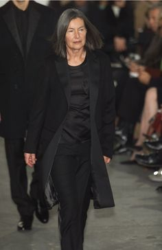 Elfie Semotan Black White Fashion, Black And White, Fashion Beauty, Womens Fashion, Helmut Lang, Streetwear Fashion, Crowd, Street Wear, Women Wear
