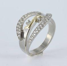 Ring - Witgouden ring met diamant  Eerder hebben wij de basis van deze ring mogen maken met een stukje geelgoud verkregen vanuit een erfenis.  Nu is de ring uitgebreid met twee banen, deze staan voor de twee kinderen die inmiddels geboren zijn.  www.marijkemul.nl