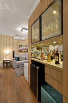 Vista do bar com adega climatizada e cristaleira situados no nicho da circulação.