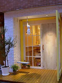 紅茶カフェ「8jours(エイトジュール)」(世田谷区北沢2)の外観。ブランコは中川さんのアイデアで「どうしてもつけたかった」と笑う