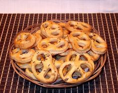 Covrigei cu branza Onion Rings, Food And Drink, Cookies, Meat, Ethnic Recipes, Desserts, Pie, Biscuits, Beef