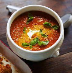 Prøv en lækker tomatsuppe af selveste Jamie Oliver. Suppler din tomatsuppe med grønt knas og guacamole efterfulgt af en liflig sveskedessert fra den berømte kok Jamie Olivier.