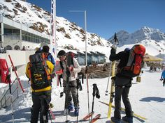 Ausrüstungscheck vor dem Start - das Team vom Outdoorshop der Ausrüster beim Skifahren in Tirol / Österreich