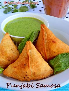Samosa with potatoes and peas, an Indian pastry. Excellent appetizers, goes well with hot chai (tea)