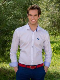 Camisa en color blanco con estampado en azul marino y detalles en cuello y  manga azul clarito de La Vespita Tienda online  3b8175d7965