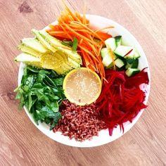Rainbow Salad Bowl Recipe - raw vegetables, organic red rice, tahini and tamari dressing Rainbow Salad, Raw Vegetables, Salad Bowls, Beetroot, Cucumber, Spinach, Avocado, Dressing, Rice
