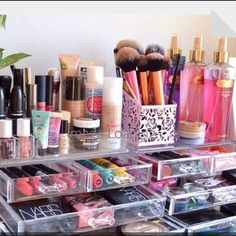 42 gorgeous makeup organization for your room my makeup vanity via andeelayne Organizer Makeup, Make Up Organizer, Make Up Storage, Makeup Organization, Storage Ideas, Storage Organization, Muji Storage, Makeup Holder, Storage Drawers