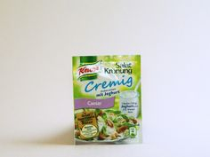 Jeder isst gerne Salat zu Würsteln und Fleisch. Deshalb hat Knorr zu Beginn der Grillsaison den Clou für alle, die mit dem Grillen schon ausreichend beschäftigt sind: Die neuen Salat-Krönung Dressings, die schön cremig mit Joghurt angemacht werden können. Knorr Salatkrönung Caesar verspricht einen Salatgenuss ganz im Stile des allseits bekannten und beliebten Ceasar-Salads. #knorr #dressing #food #essen #testbericht #kjero #caesar #salad