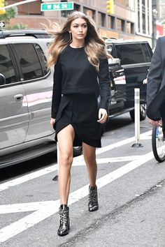 Gigi Hadid in the Stuart Weitzman Gigi Boot. - Fall-Winter 2017 - 2018 Street Style Fashion Looks Gigi Hadid Outfits, Gigi Hadid Style, Fashion Mode, Fashion Outfits, Style Fashion, Celebridades Fashion, All Black Outfit, Black Outfits, Dress Black