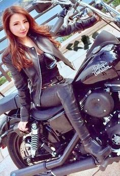 Biker-Chics - Elle et la machine - - Motorrad - Motos Motorbike Girl, Motorcycle Outfit, Motorcycle Leather, Lady Biker, Biker Girl, Biker Chick Outfit, Motard Sexy, Motos Vespa, Chicks On Bikes
