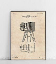 Plakat z reprodukcją patentu przedstawiającego aparat fotograficzny, autorstwa Thomas'a Samuels.  Patent nr US321139A został opublikowany w 1885 roku przez Urząd Patentów i Znaków Towarowych Stanów Zjednoczonych. Ale, Ale Beer, Ales, Beer