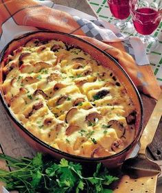 Mămăliga cu ciuperci este perfectă şi pentru cină, şi pentru prânz. În plus se face uşor şi nu necesită multe ingrediente. Iată reţeta! Veggie Recipes, Vegetarian Recipes, Cooking Recipes, Casserole Dishes, Casserole Recipes, Romanian Food, Hungarian Recipes, Desert Recipes, Soul Food