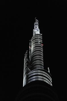 Thanks to this pinnacle, the Unicredit Tower by archistar César Pelli is the tallest skyscraper in Milan. (Soon to be replaced by one of the City Life towers) Italian Beauty, Italian Style, As Roma, Milan Travel, Cities In Italy, Expo 2015, The Beautiful Country, Milan Italy, Free Travel