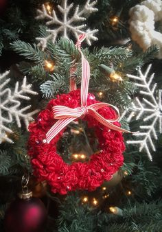 A cute idea for using up yarn scraps. A DIY christmas yarn ornament - great crafts for the holidays!