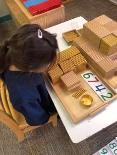 The Montessori decimal system uses a single bead unit, a 10-bead bar, a hundred square, and a thousand cube. As students handle the materials and see and feel the differences in size and weight, they understand the concepts of quantity and learn the relationships between categories. #miniapplemontessori #montessori #montessorimaterials #math Kindergarten Learning, Learning Centers, Fun Learning, Preschool, What Is Montessori, Montessori Classroom, Reading Words, Teaching Style, Kindergarten